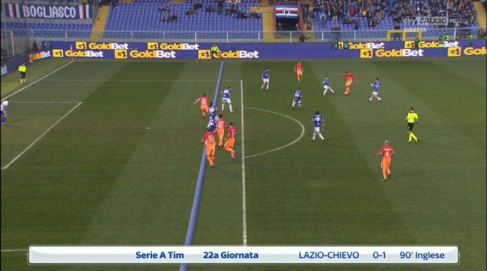 Nelle immagini Sky, la discussa punizione finale. L'arbitro non concede rigore alla Roma, perché Dzeko è considerato erroneamente in off-side