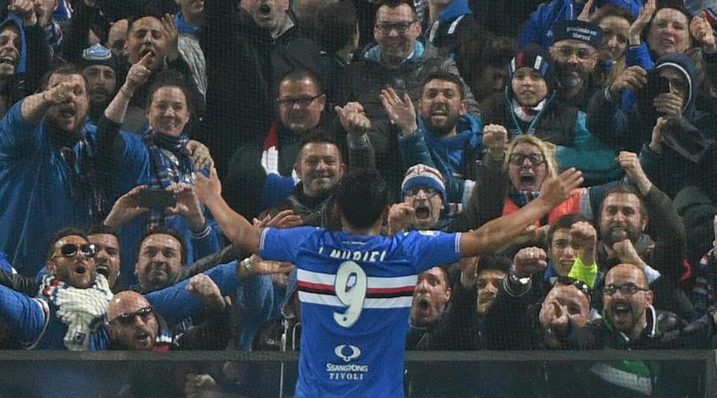 L'abbraccio del pubblico blucerchiato al match-winner