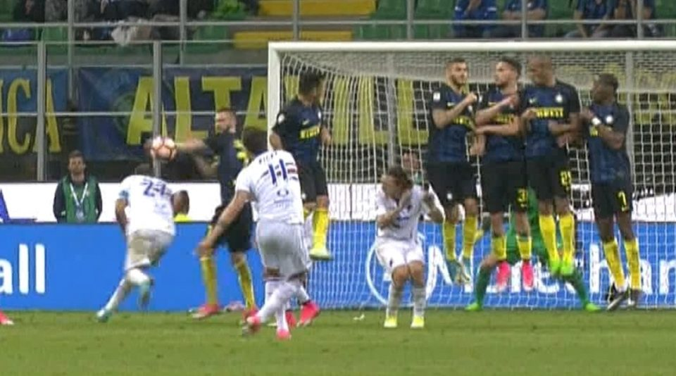 Il fallo di mano di Brozovic sulla punizione di Alvarez: calcio di rigore per la Sampdoria