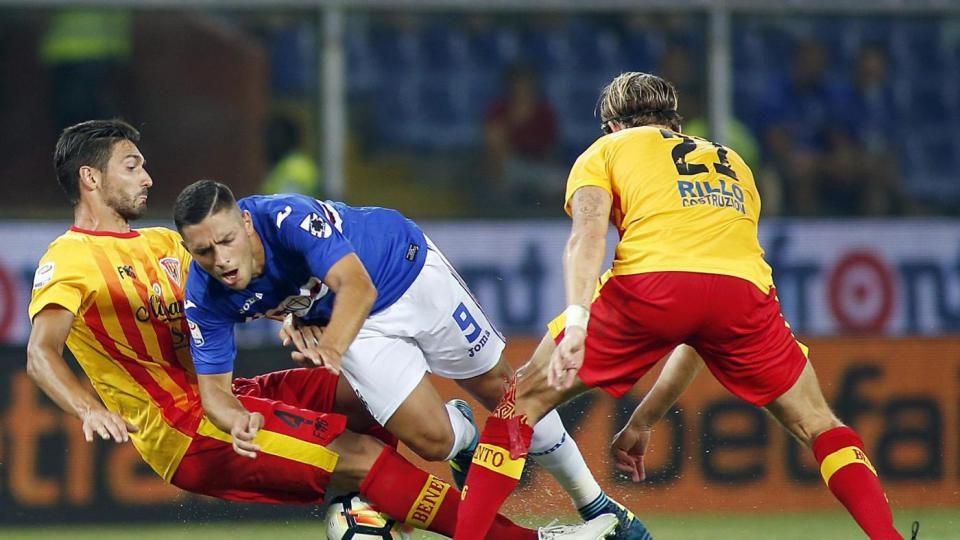 Caprari steso dai difensori del Benevento