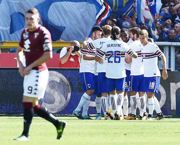 Zapata festeggiato dopo il suo primo gol in maglia blucerchiata