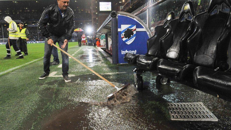 Gli addetti hanno avuto il loro daffare con la forte pioggia che è caduta su Genova