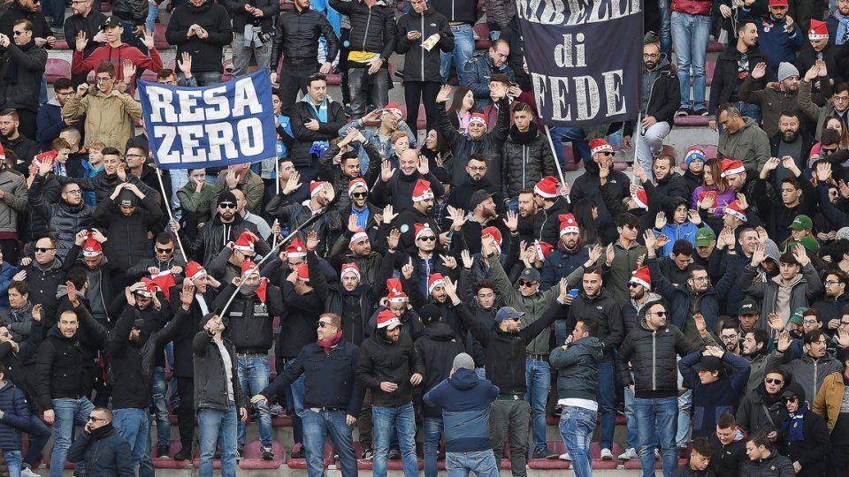 I tifosi del Napoli festeggiano vestiti da Babbo Natale la vetta della classifica confermata