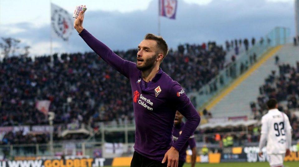 Pezzella dedica il gol a Davide Astori, togliendosi la fascia da capitano e mostrandola al pubblico
