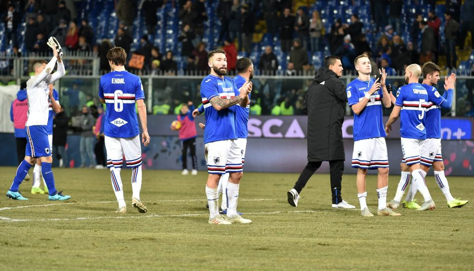 I calciatori sampdoriani salutano i tifosi dopo il fischio finale
