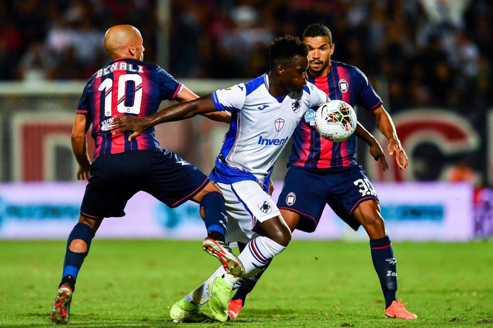 Vieira tra due avversari