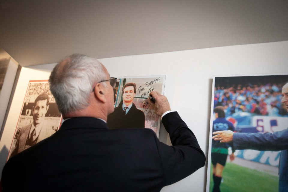Ranieri firma una sua foto: da queste parti ha lasciato un ottimo ricordo