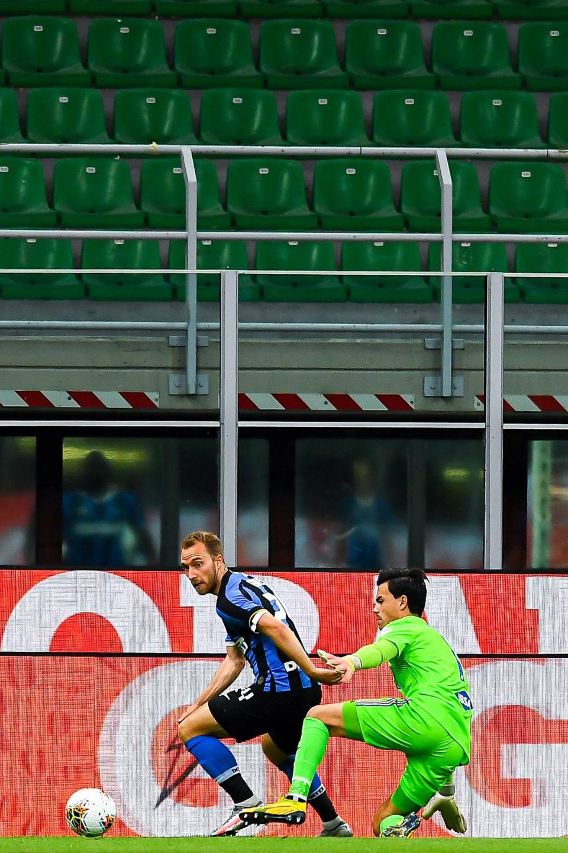 Eriksen prova ad aggirare Audero