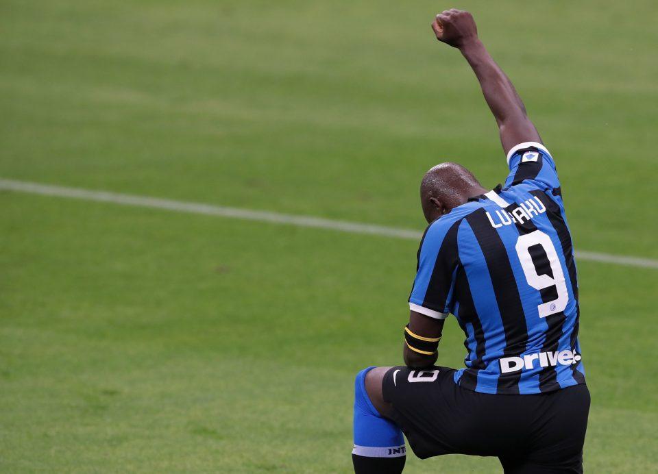 """Lukaku s'inginocchia dopo l'1-0: un omaggio a George Floyd e al movimento """"Black lives matter"""""""