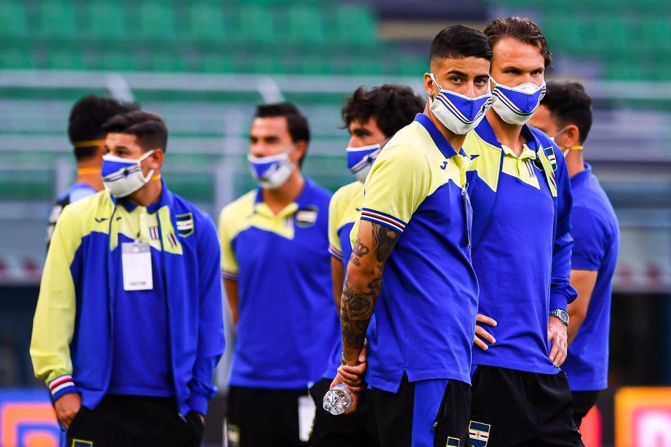 I giocatori in campo con le mascherine