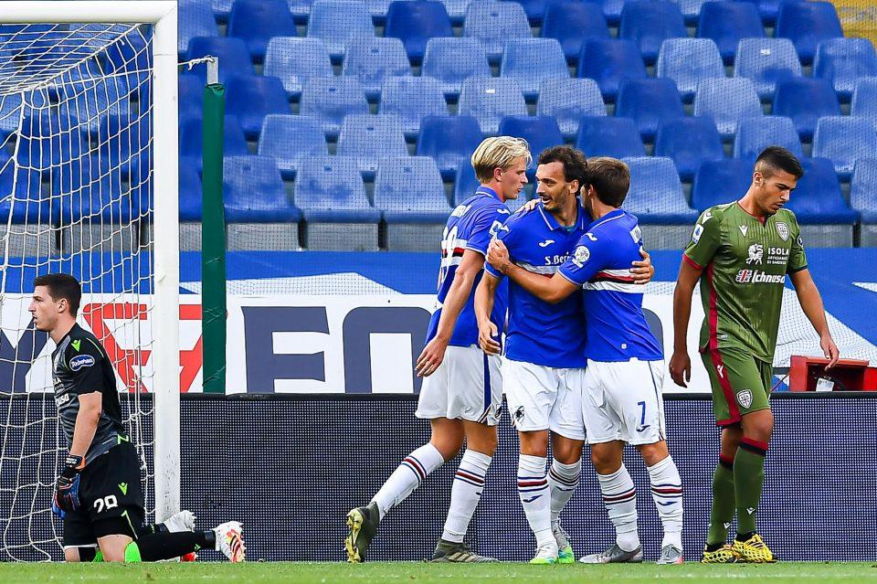 Gabbiadini festeggiato dai compagni: l'attaccante doriano è arrivato a quota 10 gol