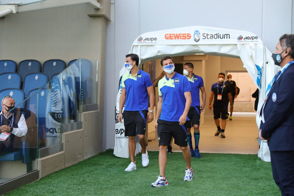 I giocatori entrano in campo con la mascherina per il riscaldamento