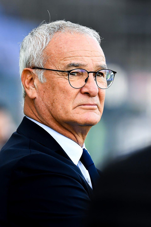 Un primo piano di Claudio Ranieri, pensieroso in panchina