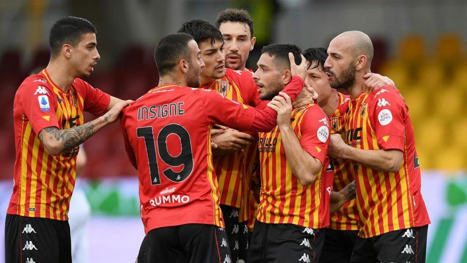 L'ex Caprari festeggiato dai compagni dopo il gol dell'1-0