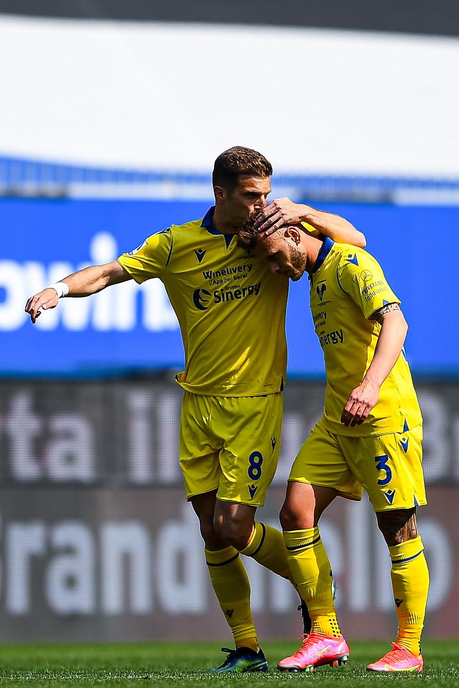 Lazović e Dimarco festeggiano il vantaggio scaligero