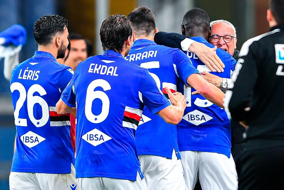 Colley abbraccia Ranieri dopo la rete del 2-0